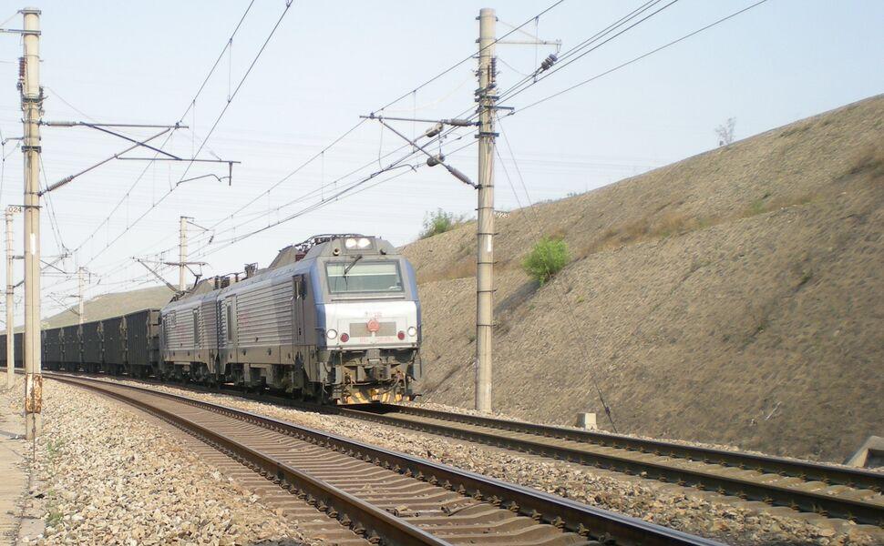 Daqin Coal Line train approaching